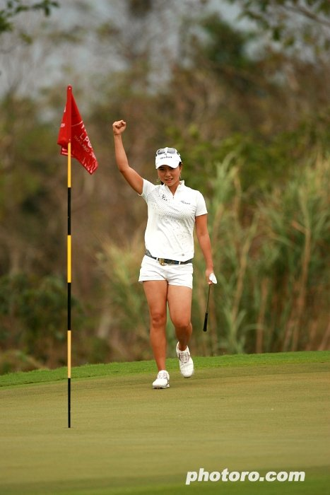 Hee Young nails an eagle putt during round 4 of the Honda Thailand event
